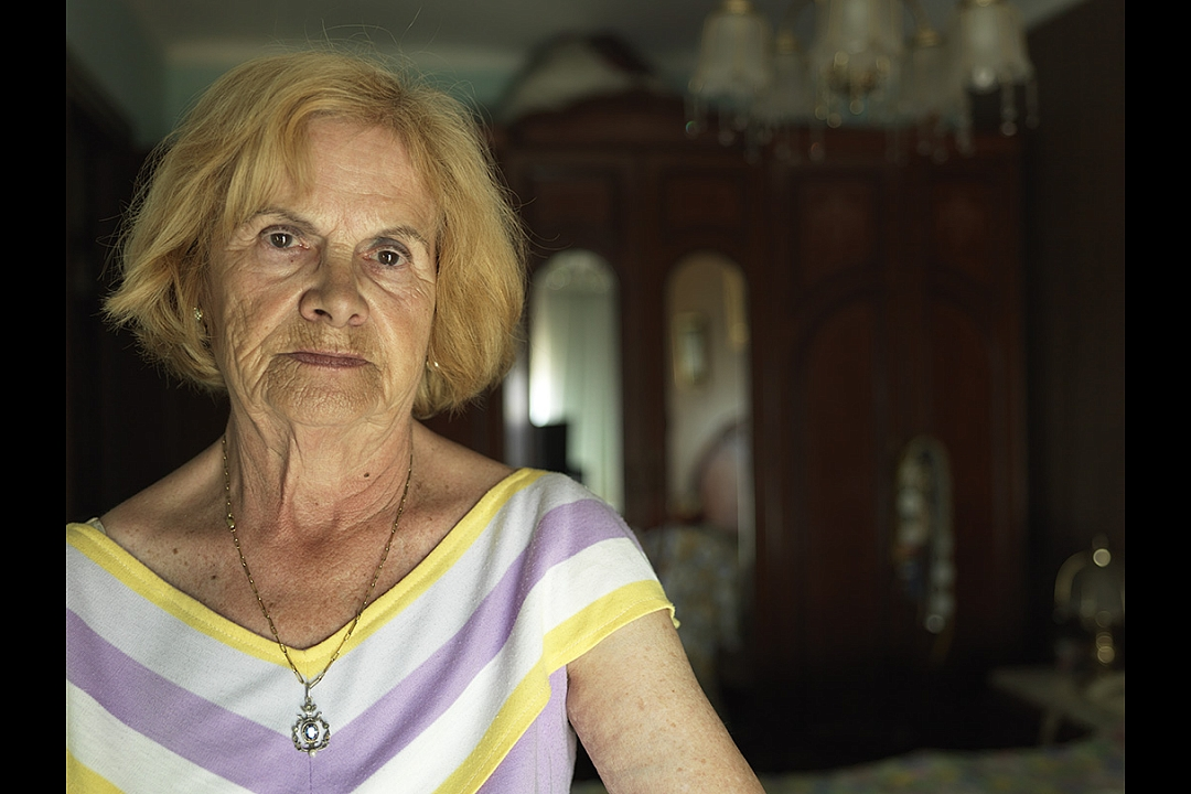 Señora Nuri (77) receives a widows` pension of € 340,00 monthly. She fills in the gaps with her savings.